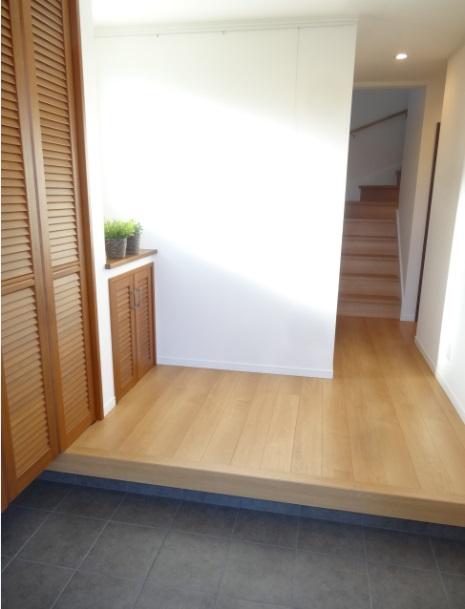 広々した玄関です。 ルーバー付きの玄関収納は無垢材の建具を採用しました。