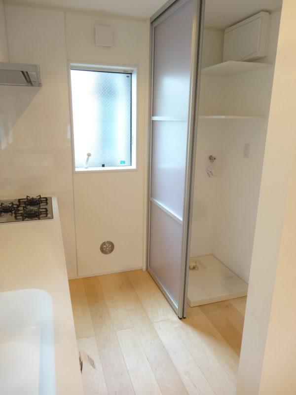 キッチンの後ろに洗濯スペースをつくりました。家事が便利になります。