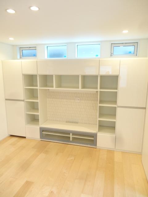 テレビスペースと作り付けの収納家具です。