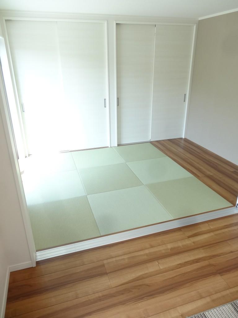 リビングに隣接した畳の部屋は大きく開口できる建具で仕切れます。