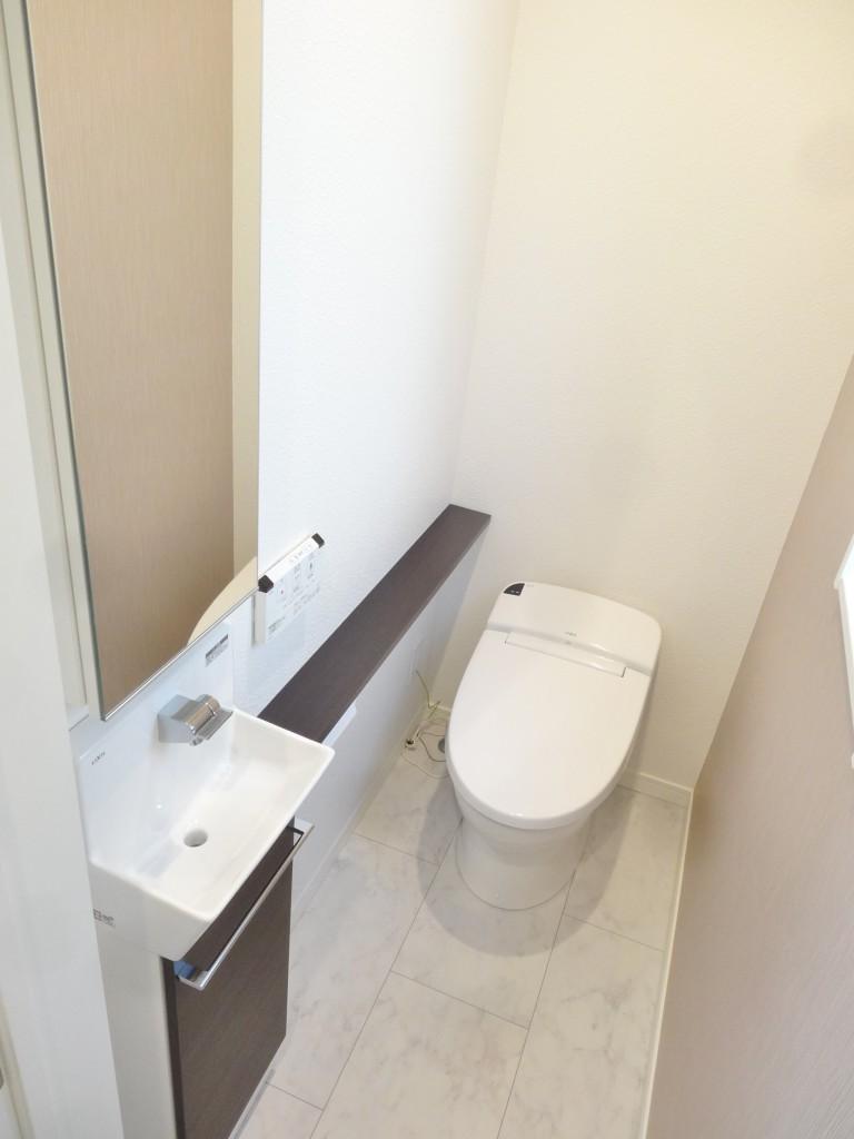 大理石調の床とタンクレストイレ。