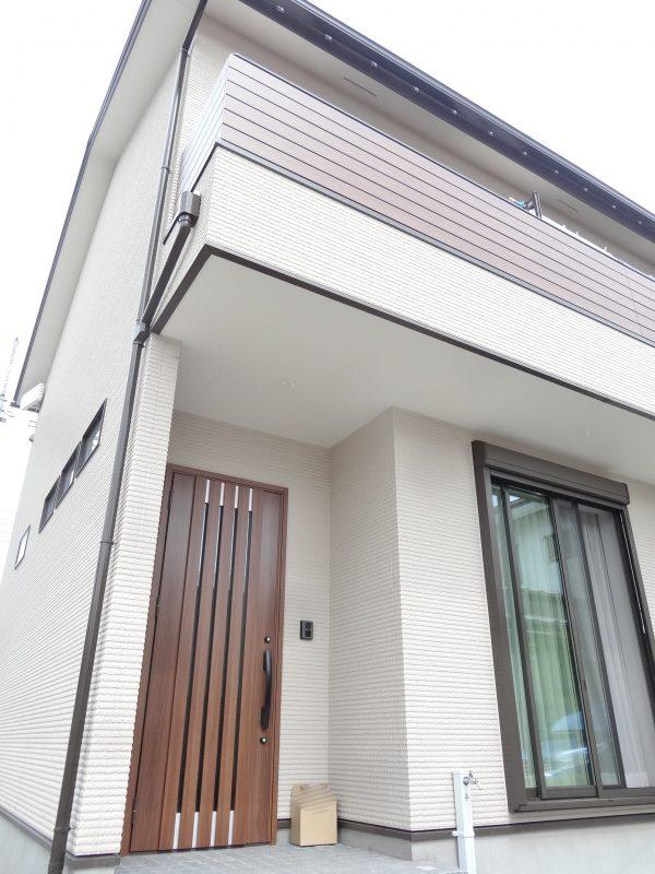 通常タイルを使用する玄関のアプローチにはピンコロ石を敷き詰めてあります。