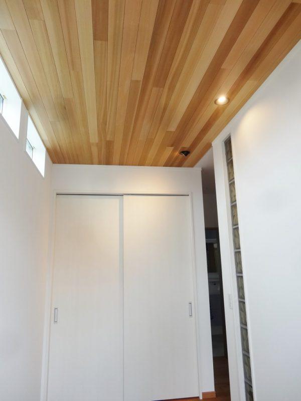 玄関で最初に目に入るのがレッドシダー貼りの天井です
