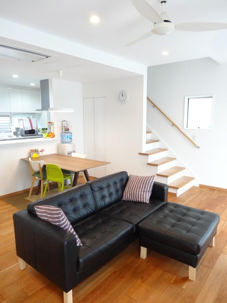 リビングは折り上げ天井で空間を広く。無垢材の床(ブラックチェリー)です。