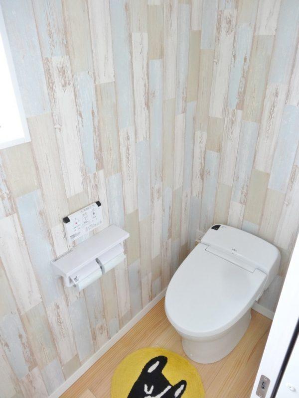 木目のクロスを使ったトイレ。