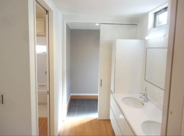 裏の玄関からは洗面・お風呂に直行できます。 洗面も2ボウルで朝の混雑緩和に