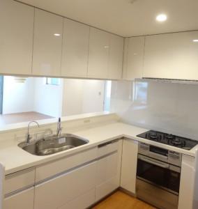 L型の広いキッチンにはコンベクションオーブン付です。
