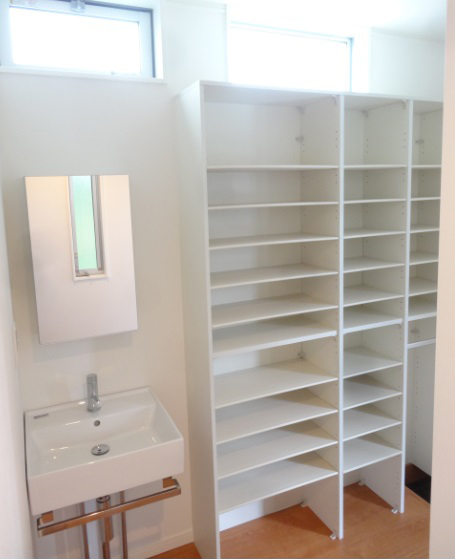 玄関のシューズインクロークには手洗い場をつけました。すぐに手が洗えて衛生的です。