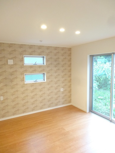 アクセントクロス、窓、照明の配置がきれいな寝室。