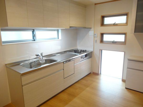 キッチンには明るさを入れる大きめの地窓。