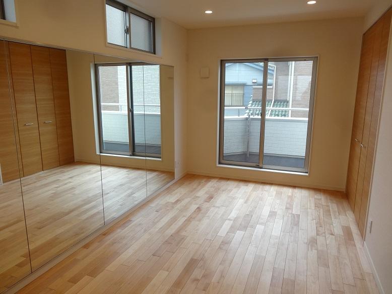 ダンスレッスン用のお部屋。無垢の床(チェリー)と全面に鏡です。