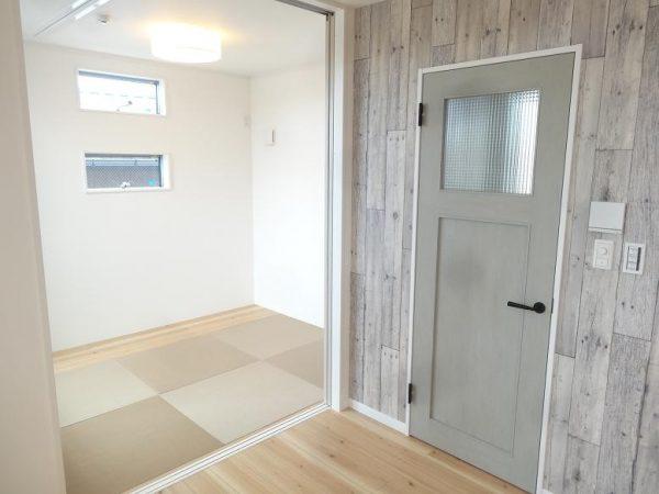 アンティーク調のドアと木目の壁が良く合います。