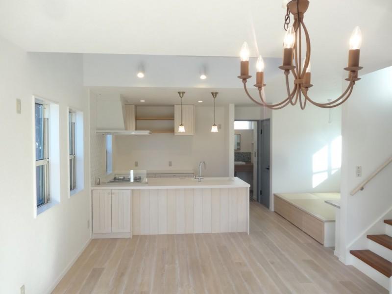 床材は床暖房に対応できる、ヴィンテージ加工された無垢材を使いました。