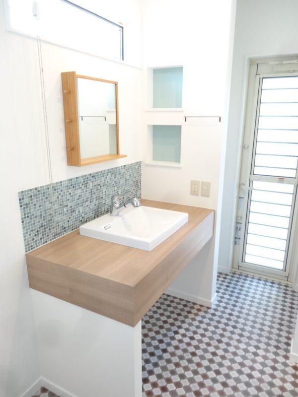 オリジナルの洗面台。外から直接お風呂場へ入れます。