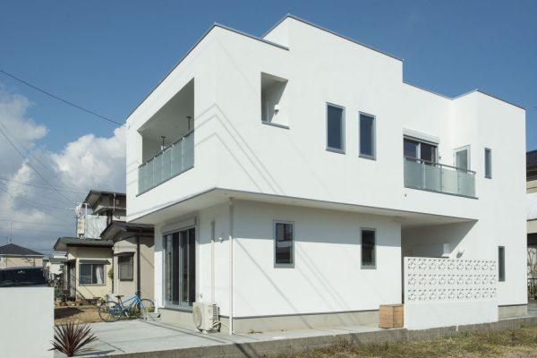 スクウェアなイメージの外観。玄関前の琉球ブロックは施主様の力作です