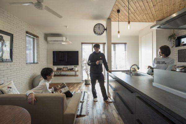 床材は個性的なアカシアを採用