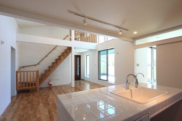 広々リビングスペースはキッチンから全体を見渡せるように