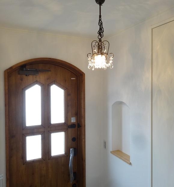 玄関のニッチはドアのアールに合わせたデザイン