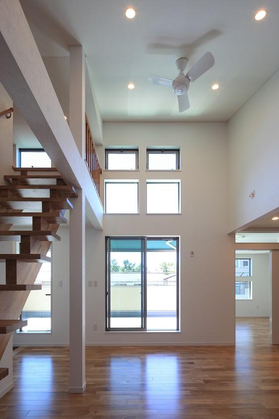 光の角度を計算して作られた窓の配置設計