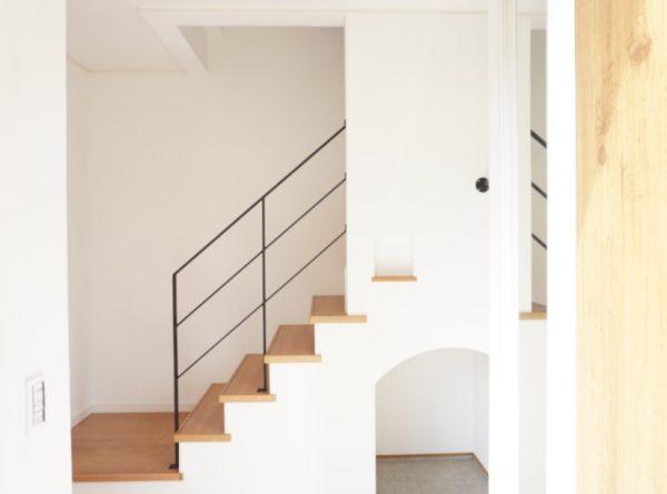 玄関の階段下は収納スペースに有効活用