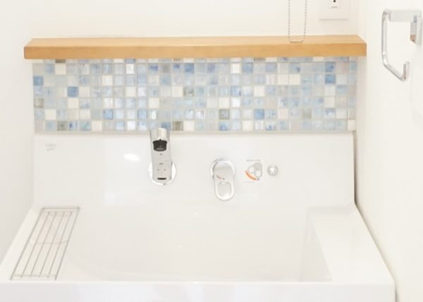 洗面台にタイルを貼るだけで華やかな印象になりました