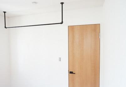 アイアン製のハンガーパイプはコート掛けや部屋干しに便利