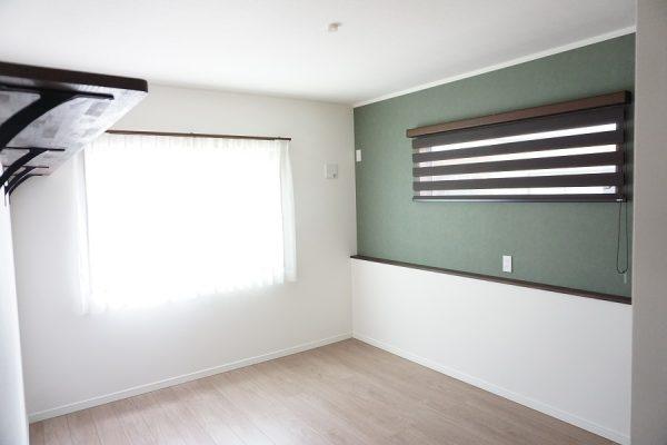 寝室の枕元には便利な棚を設置。スマホやメガネを置くのに便利です