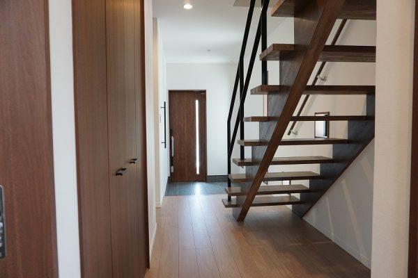 広い玄関はスケルトン階段でさらに拡がりが感じられます