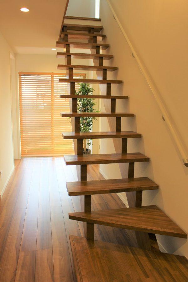 光の射す明るい雰囲気の階段
