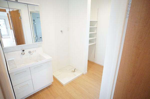 洗面室に可動棚スペースで片付きます