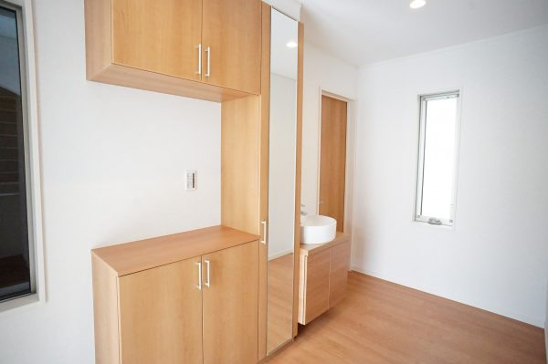 玄関には便利な手洗い場所とミラーを設置