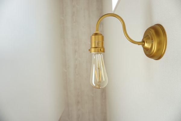 照明はゴールドで柔らかな雰囲気