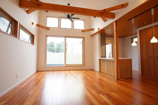床材はケンパスの無垢材を採用