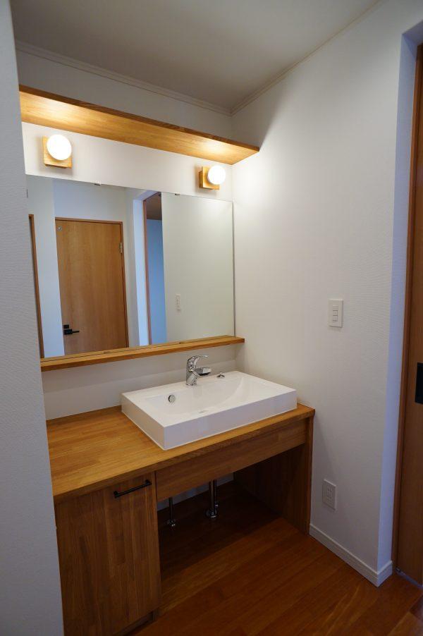 メインの洗面台も造作で 大きな鏡もオーダーメイドです