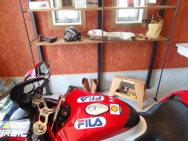 好きなバイクと愛用の工具・バイクグッズがおける収納棚を完備