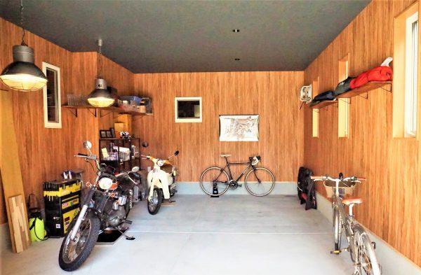 車1台とバイク2台がラクに入るガレージです。風量の大きな換気扇を設置しました