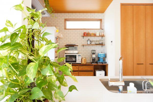 キッチンの壁はおしゃれなタイル調で仕上げました