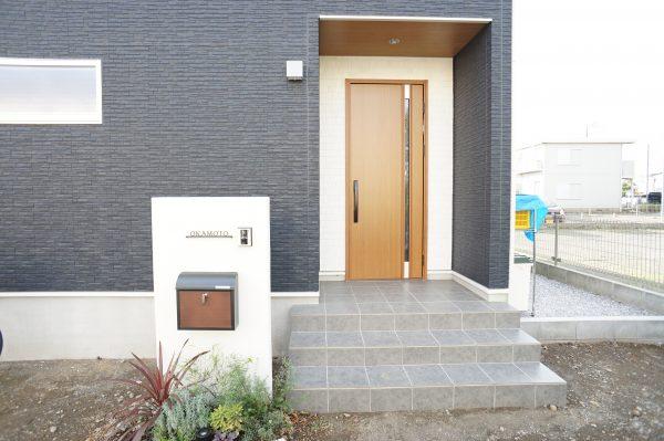 玄関ドアはYKKのポケットキーを採用。リモコンで簡単操作。