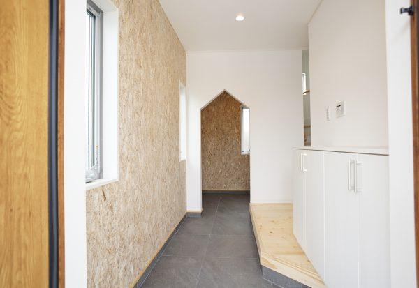 土間収納のある広い玄関 壁はラフに使えるOSB合板仕上げ