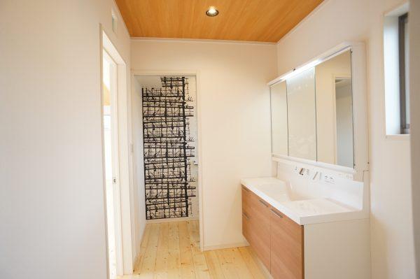 幅900のワイドな洗面台 トイレの壁は大胆なデザインで遊び心を