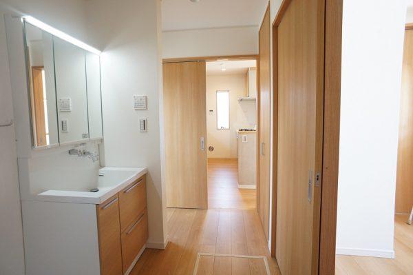 キッチンと洗面が一直線の便利な動線