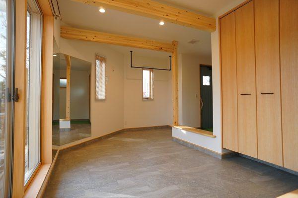 空手をされるご主人のリクエストで、サンドバッグをぶら下げるための梁を天井に設置しました。土間の真ん中に設置した台はベンチプレスに使うことになります。  壁の大きなミラーはダンスが趣味の奥様が使うためのものです。まさにホームジムですね。