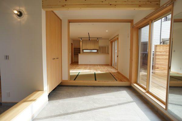 土間から見たLDKです。キッチンまでの距離でこの広さが伝わるかと。  ウッドデッキも含めて外~土間~室内を有効に使うことができます。