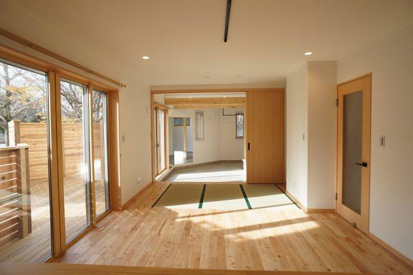キッチンから見た様子です。土間との間は引き戸で間仕切りができますので、冷暖房の効率もOKです。