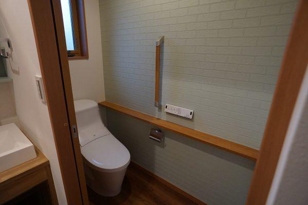 トイレにはワンポイントでグリーンのクロスです。