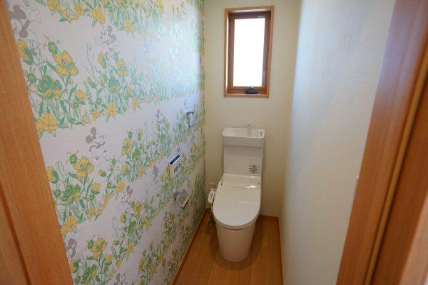 こちらのトイレのクロスもミッキー柄です。