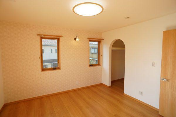 2階の主寝室にはウォークインクローゼット。こちらの壁もさりげなくミッキー柄です。
