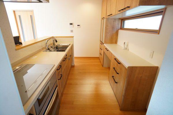 キッチンはリクシルの『リシェル』を採用しました。セラミックのワークトップにセンサー付きの水栓、最新式のIHクッキングヒーターなど充実の設備です。