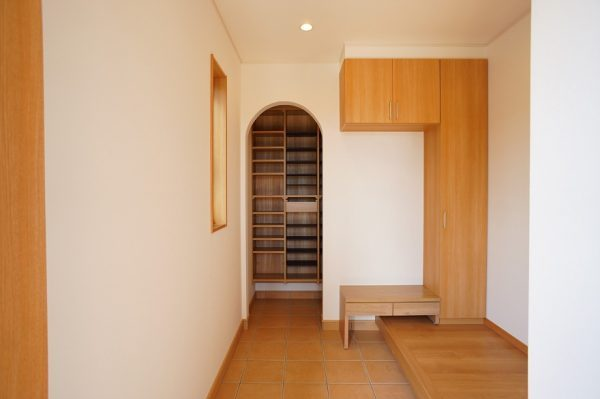 玄関にはシューズインクロークと小さなベンチをつけました。これがちょうどいい高さで便利です。