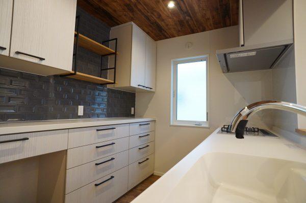 キッチンにはこだわりのグースネックタイプのタッチレス水栓